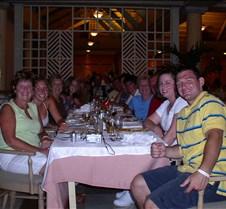 La familia at dinner