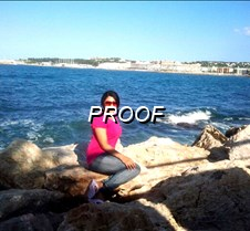 Mujer posando frente al mar - copia