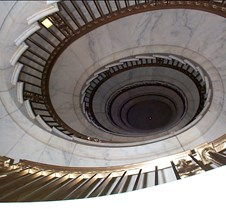 Cantilevered spiral staircase