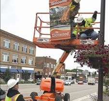 City crew puts up fall banners