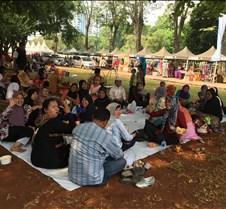 Kulinar Festival, Jakarta Jáva szigetének étkeit mutatták be, tartottak divatbemutatót és imádkoztak a mecsetben. Ezekről készültek a fotók.